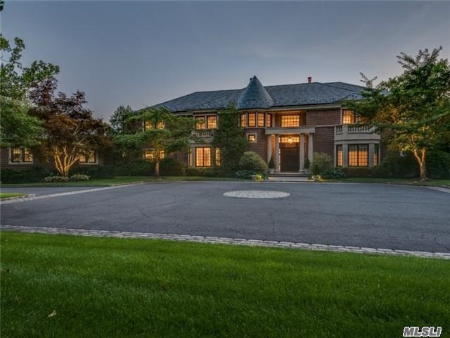 Photo of home for sale at Saddle Ridge Rd, Old Westbury NY