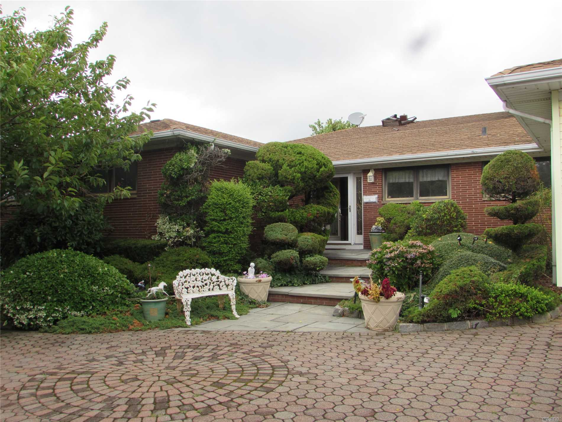 Photo of home for sale at 26 Club Dr, Massapequa NY