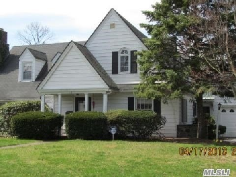 Photo of home for sale at 127 Cathedral Ave, Hempstead NY