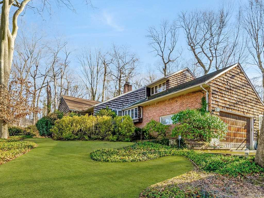 Photo of home for sale at 10 Dogwood Ave, Roslyn Harbor NY