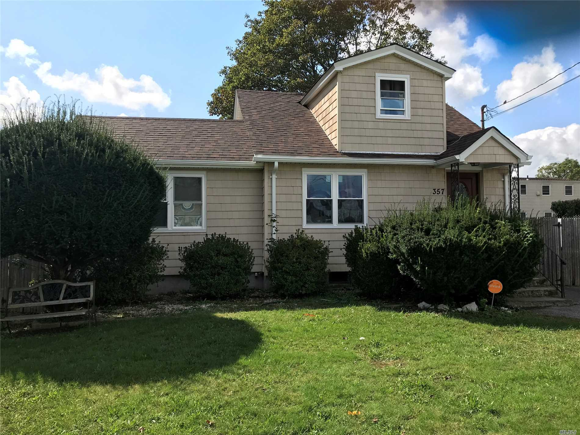 Photo of home for sale at 357 Erie Ave N, Lindenhurst NY