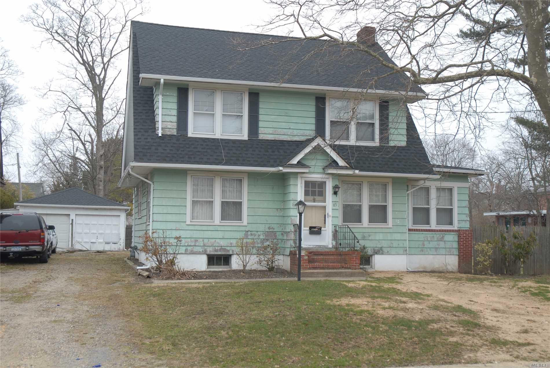 Photo of home for sale at 85 Clinton Ave S, Bay Shore NY