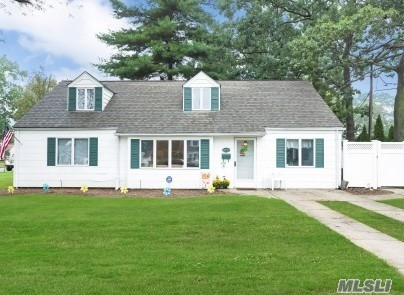 Photo of home for sale at 2053 Sydney Dr, North Merrick NY