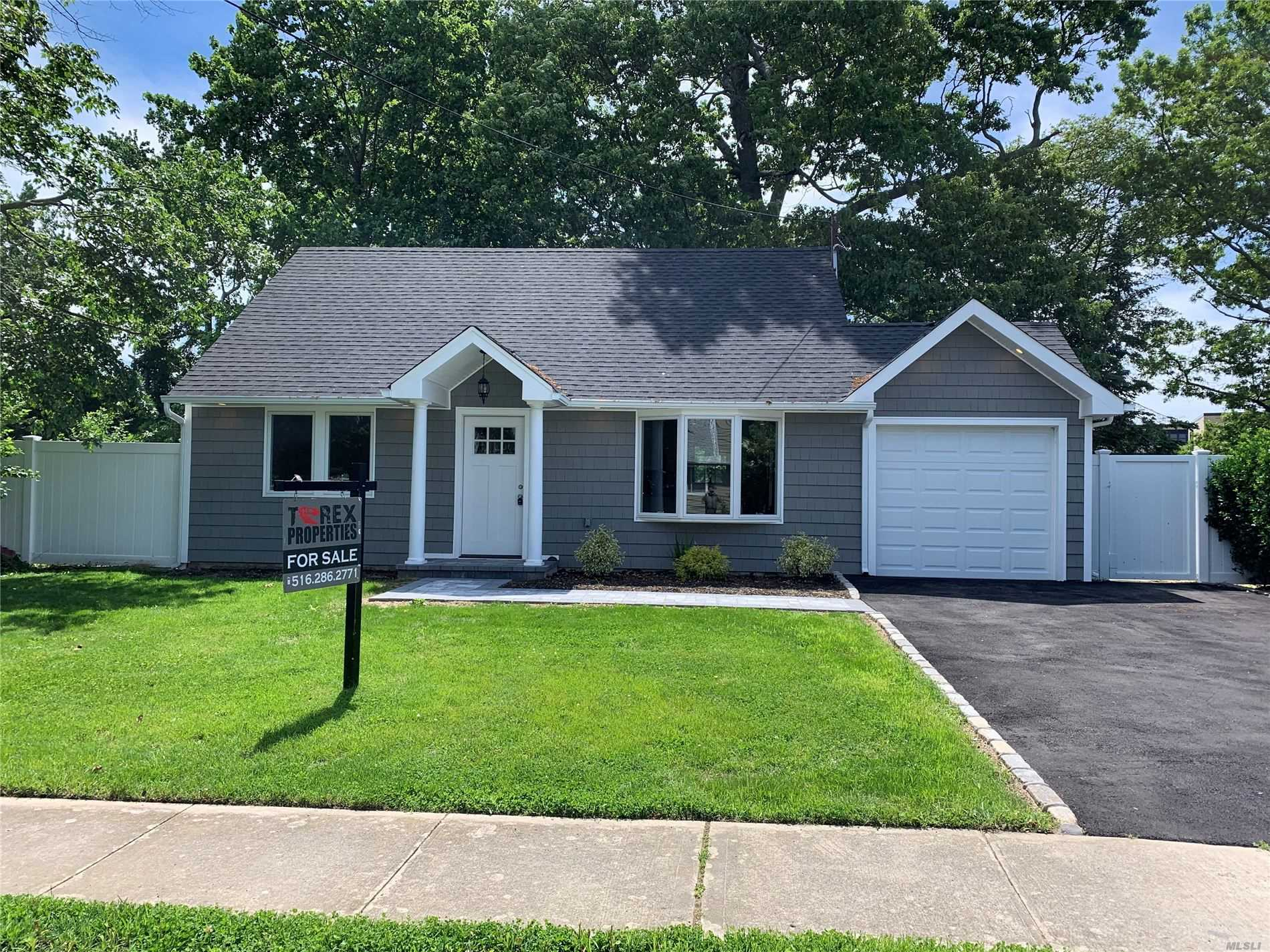 Photo of home for sale at 115 Arlyn Dr, Massapequa NY