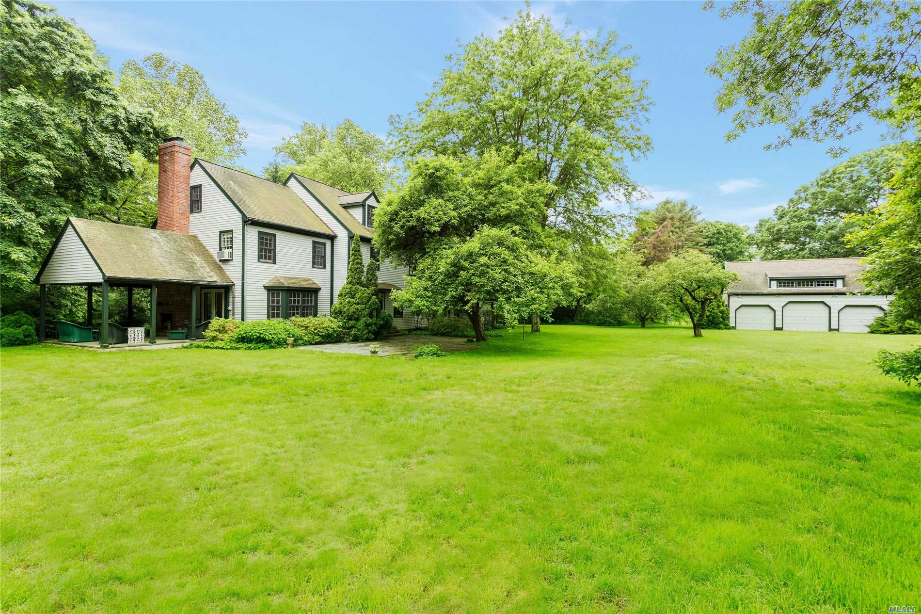 Photo of home for sale at 2 Hidden Pond, Muttontown NY