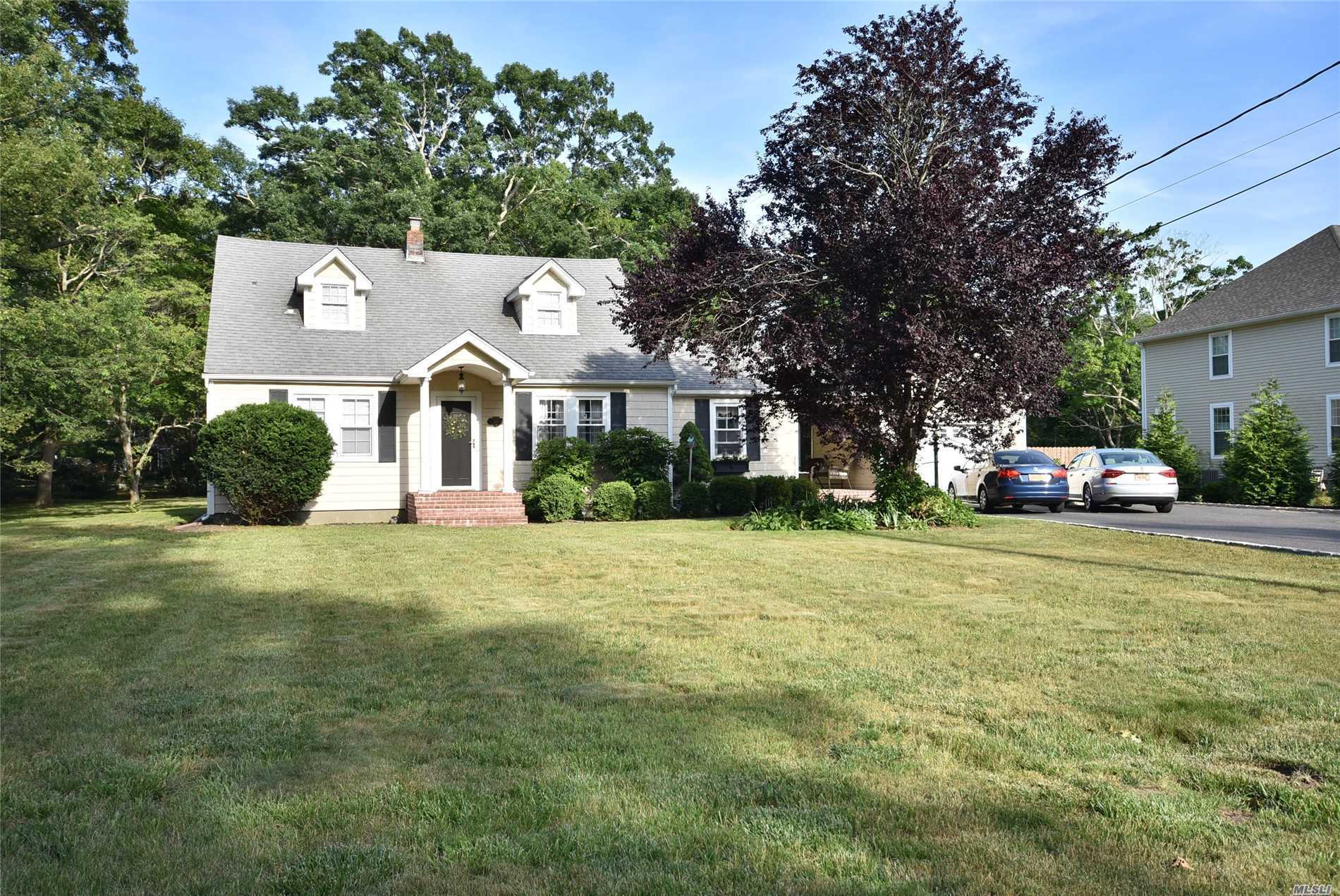 Photo of home for sale at 287 Mcconnell Ave, Bayport NY