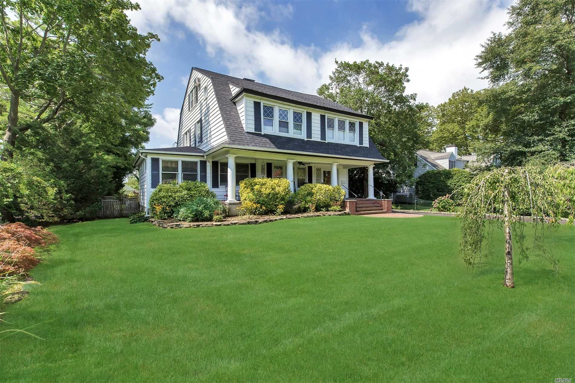 Photo of home for sale at 131 Windsor Ave S, Brightwaters NY