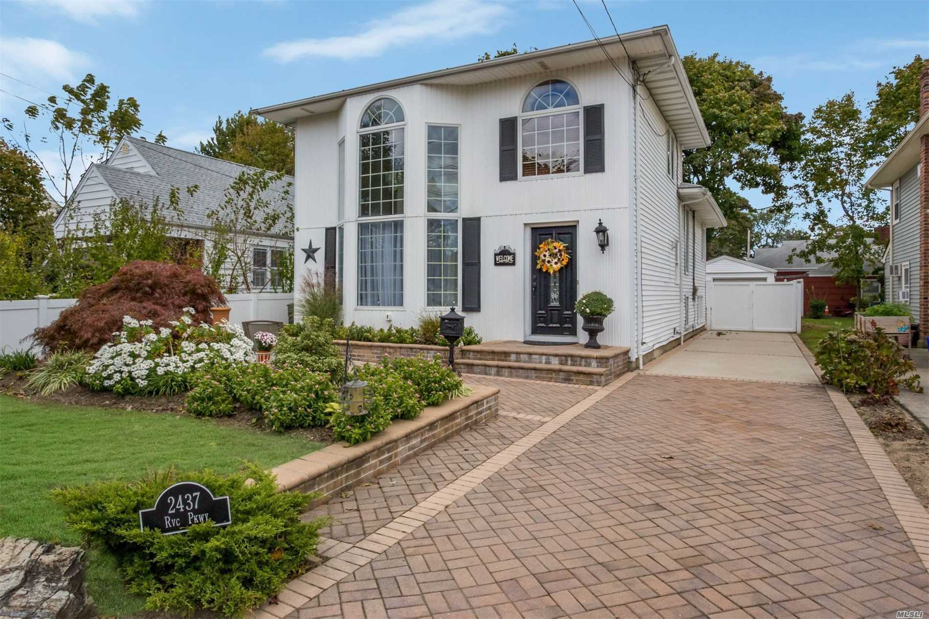 Photo of home for sale at 2437 Rockville Centre Pkwy, Oceanside NY