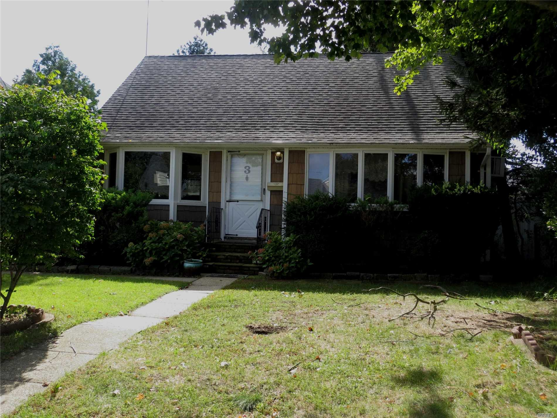 Photo of home for sale at 3 Washington Ave, Hicksville NY