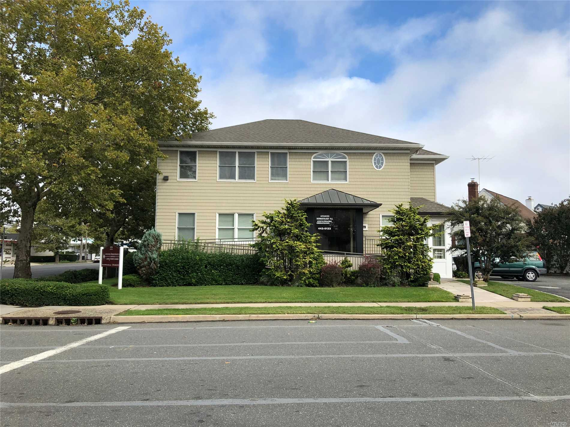 Photo of home for sale at 1078 Oaks Dr, Franklin Square NY