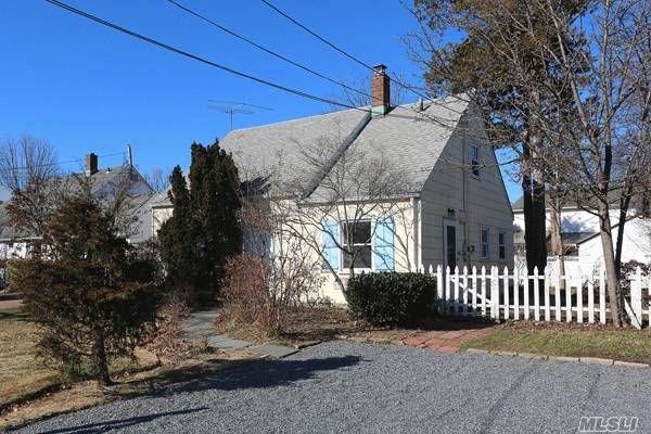 Photo of home for sale at 591 Whittier St, Westbury NY