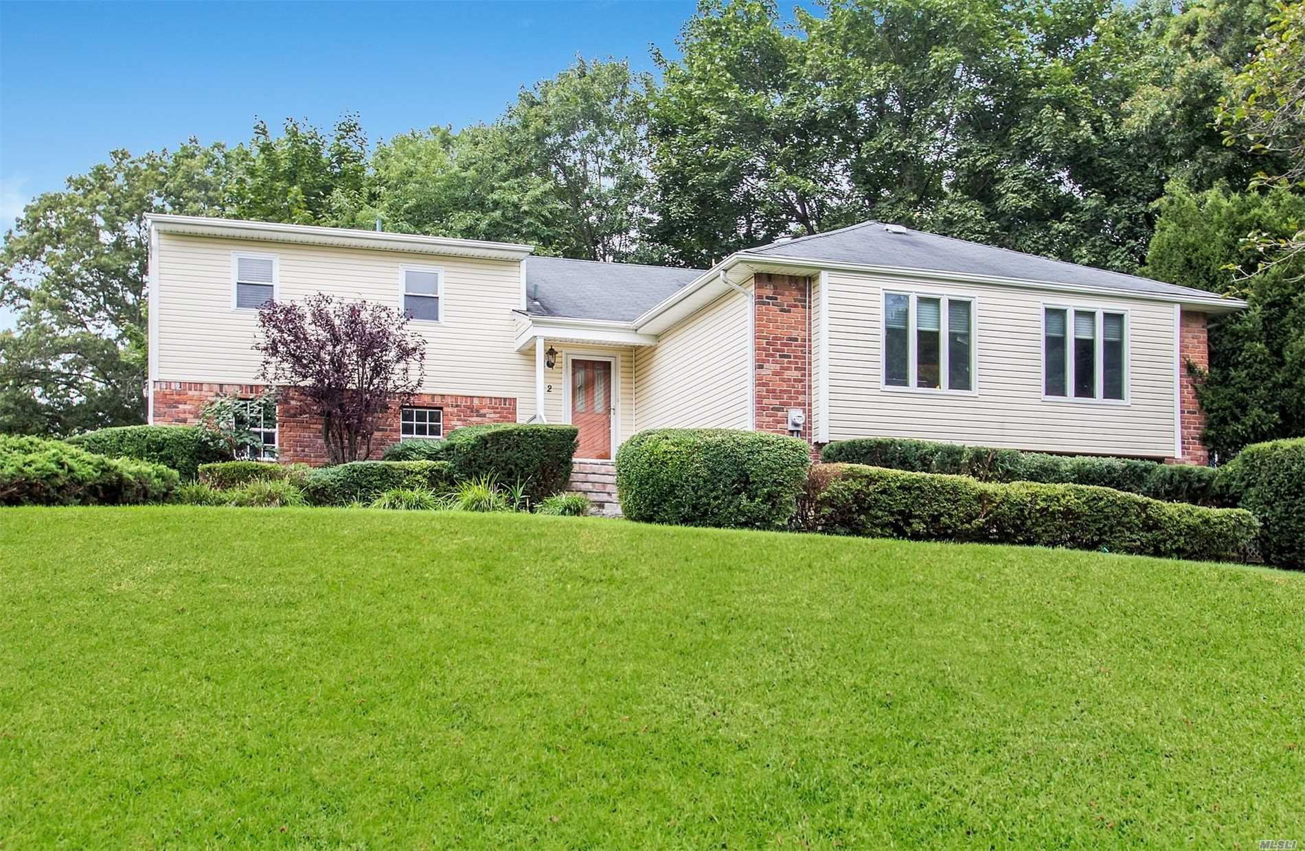 Photo of home for sale at 2 Jill Dr, Commack NY