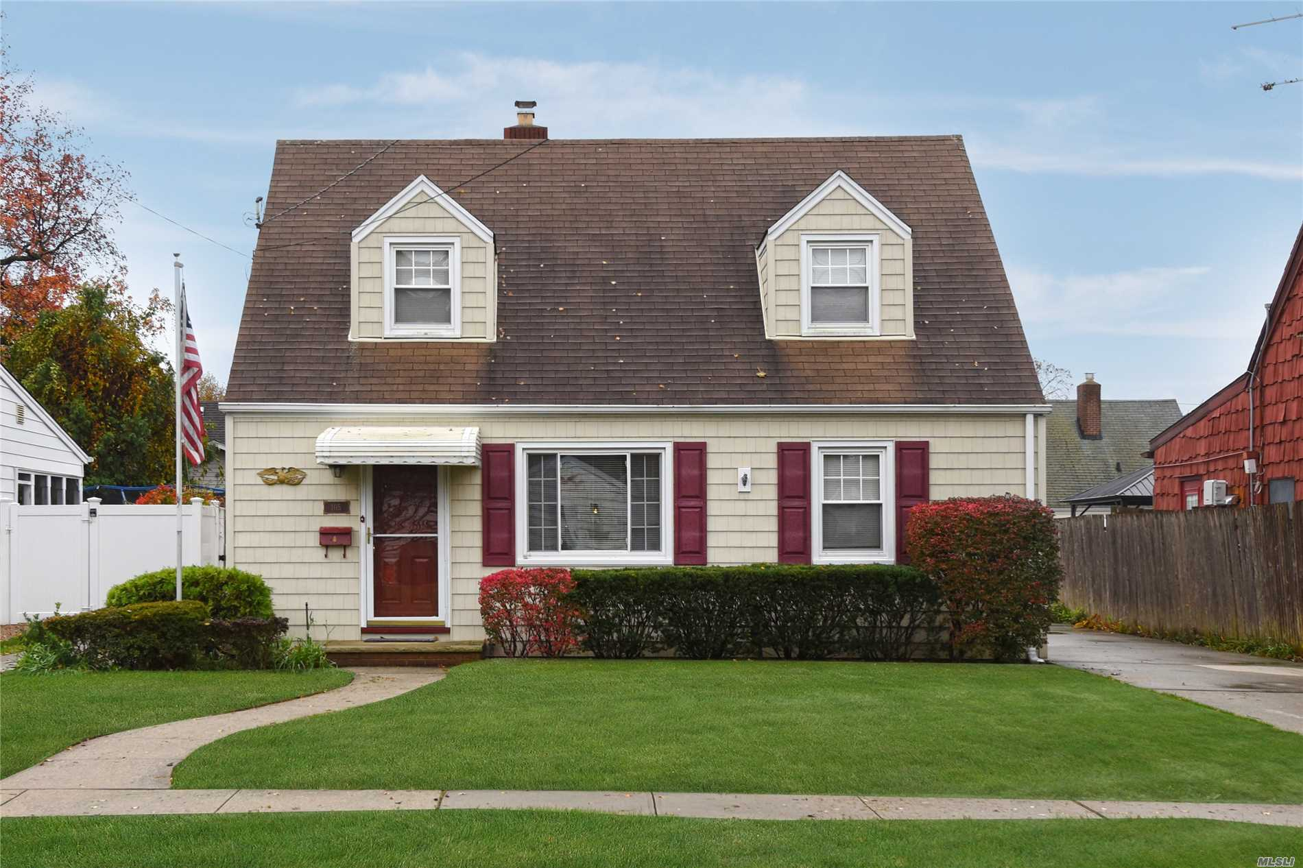 Photo of home for sale at 105 Wood Ln, Valley Stream NY