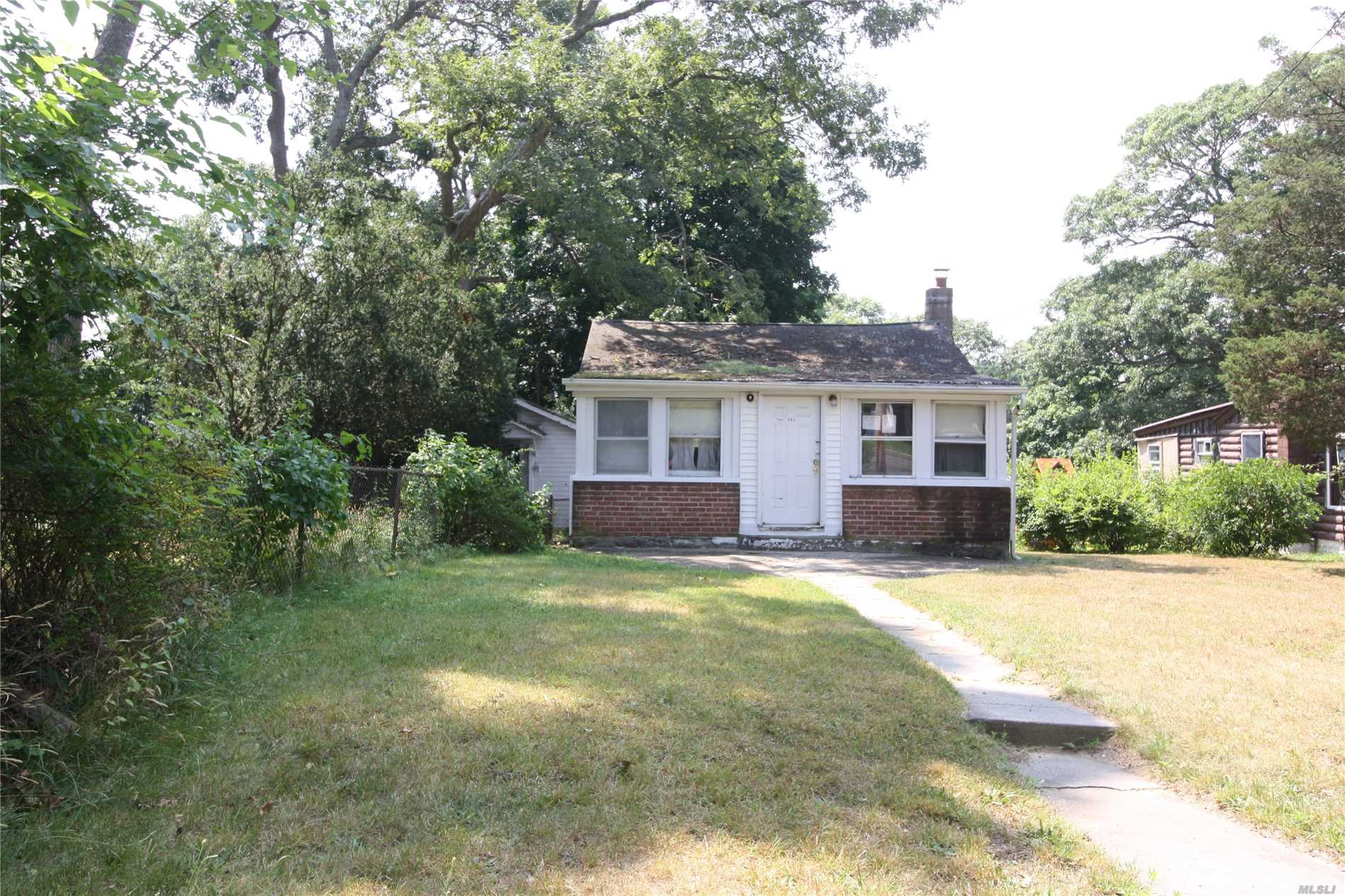 Photo of home for sale at 504 Browns Rd, Nesconset NY