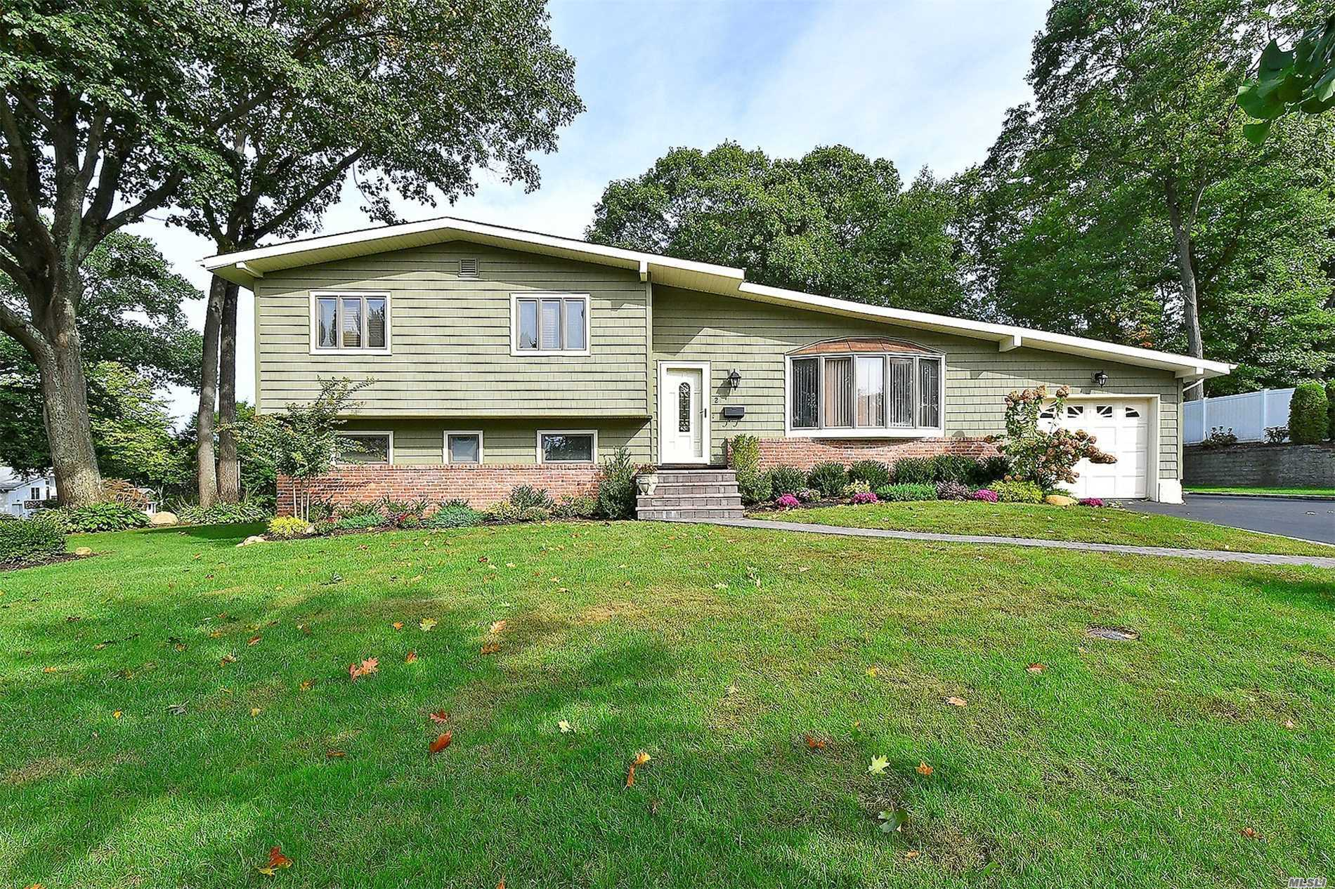 Photo of home for sale at 2 Peachtree Dr, Oyster Bay NY