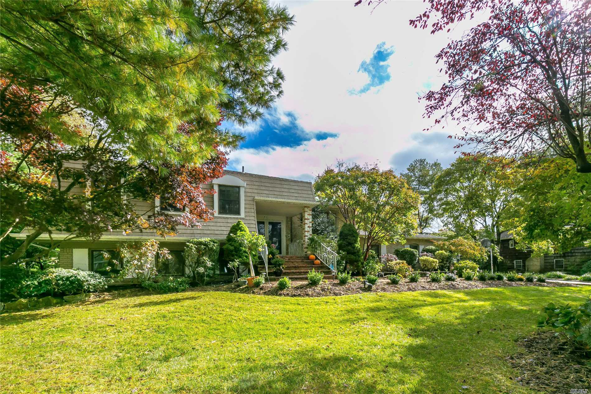 Photo of home for sale at 71 Yukon Dr, Woodbury NY