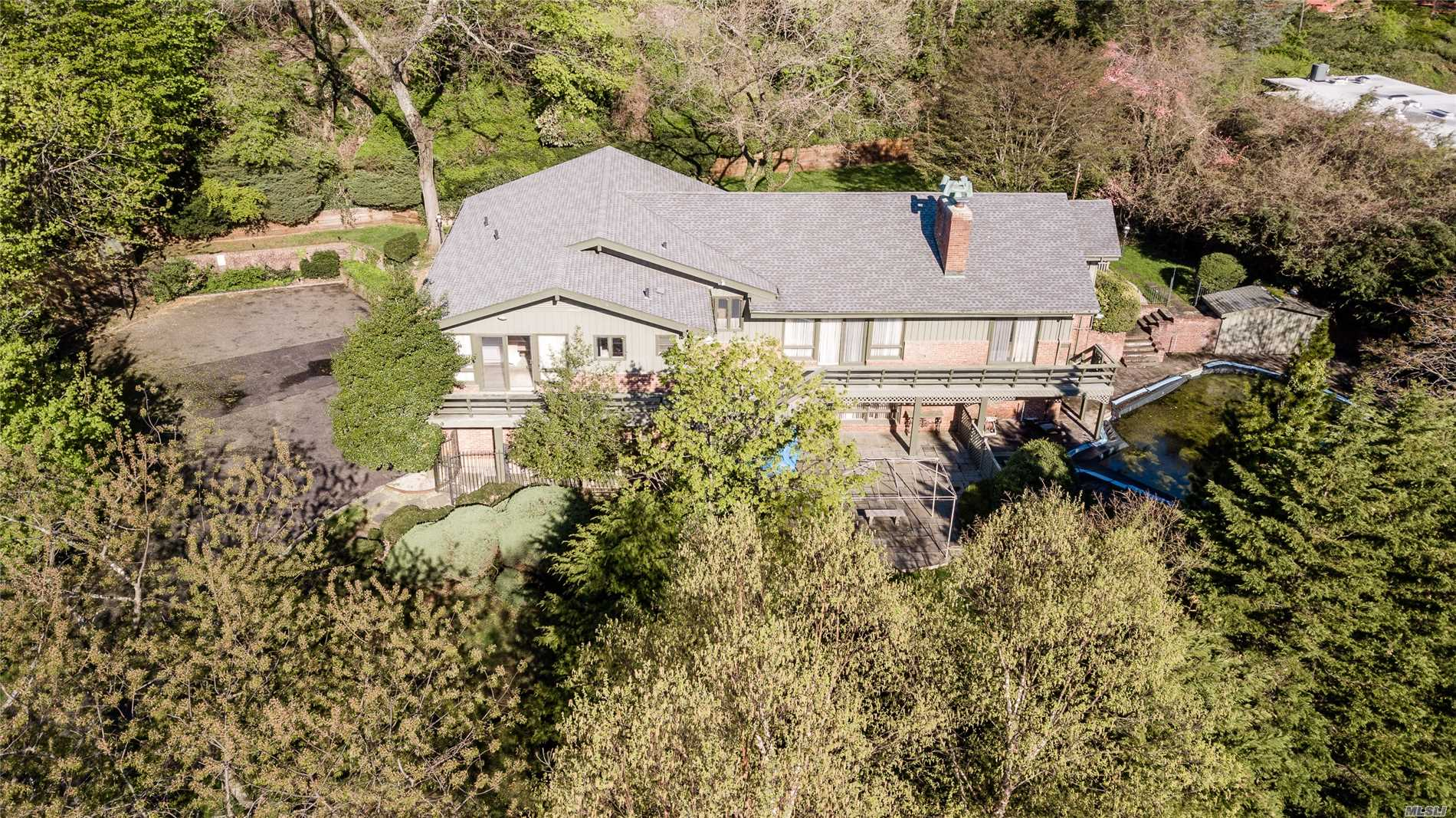 Photo of home for sale at 10 Blue Sea Ln, Kings Point NY