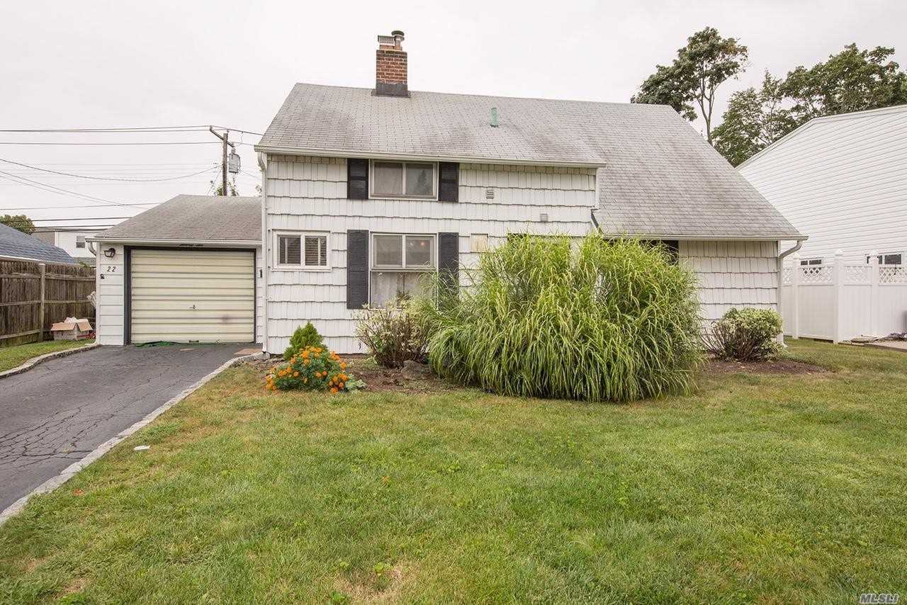 Photo of home for sale at 22 Walnut Ln, Hicksville NY