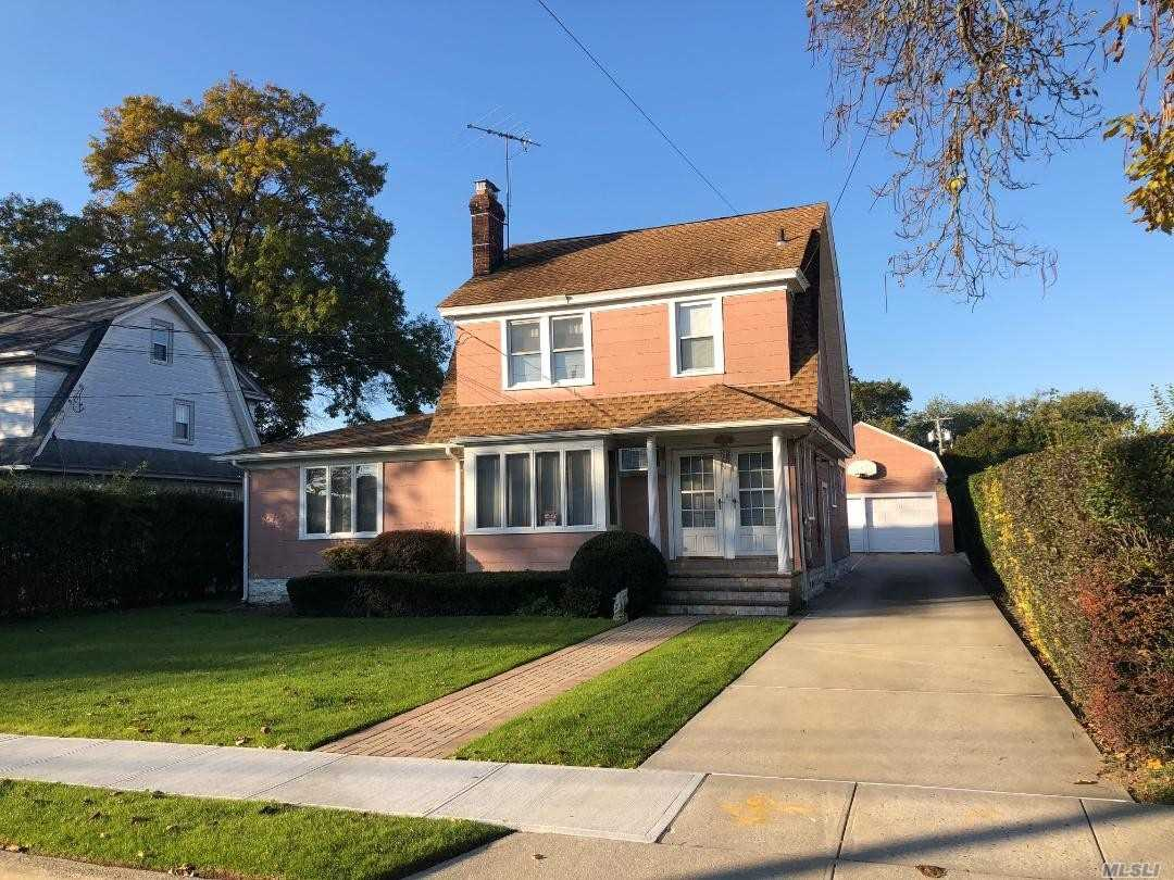 Photo of home for sale at 2922 Dahlia Ave, Baldwin NY