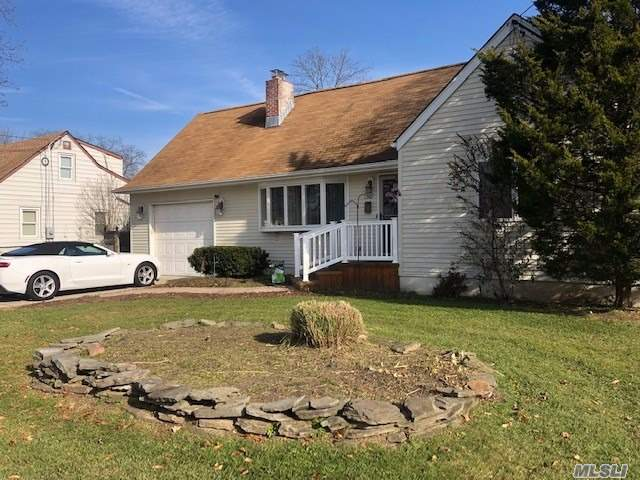 Photo of home for sale at 1307 Manatuck Blvd, Bay Shore NY