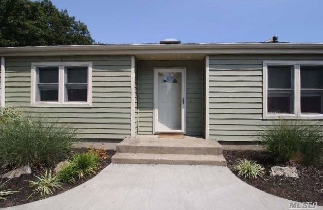 Photo of home for sale at 4 Clime Ct, St. James NY