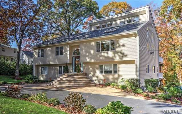 Photo of home for sale at 20 Bartlett Pl, Huntington NY