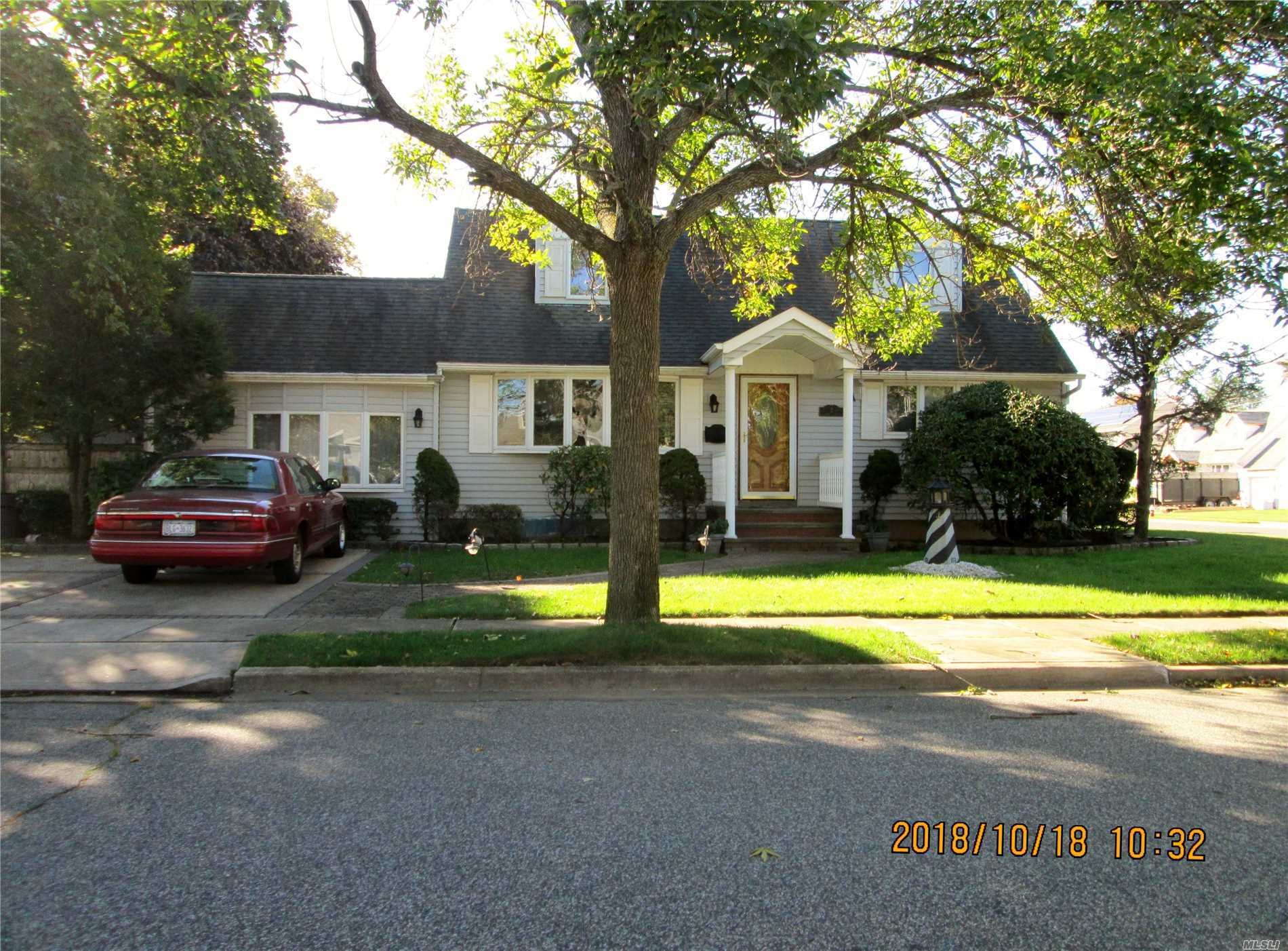 Photo of home for sale at 2 Beryl Ln, Farmingdale NY