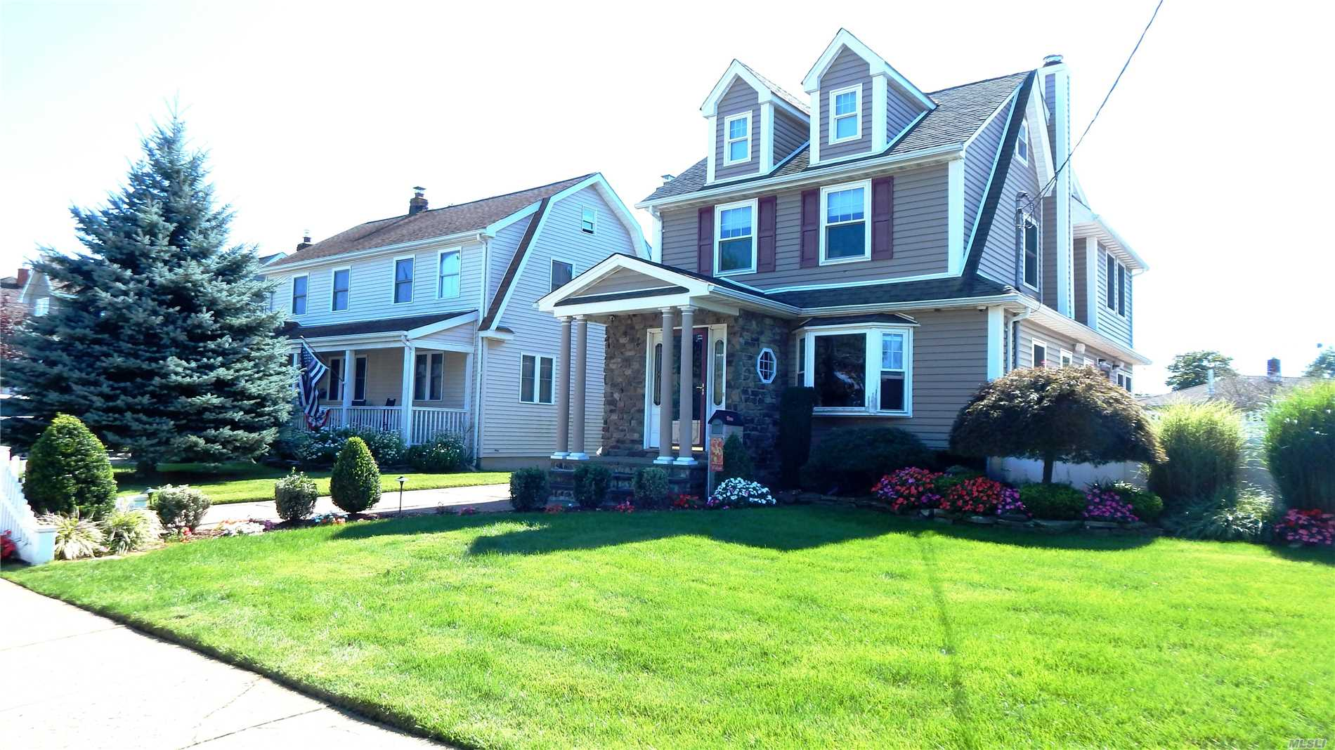 Photo of home for sale at 207 Claxton Ave, Bellmore NY