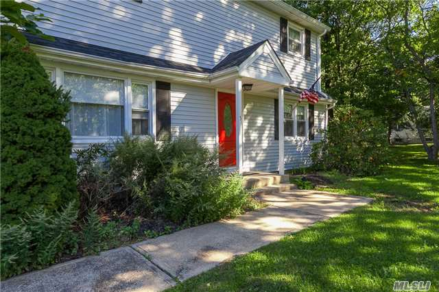 Photo of home for sale at 5 Harrison Ave, Setauket NY