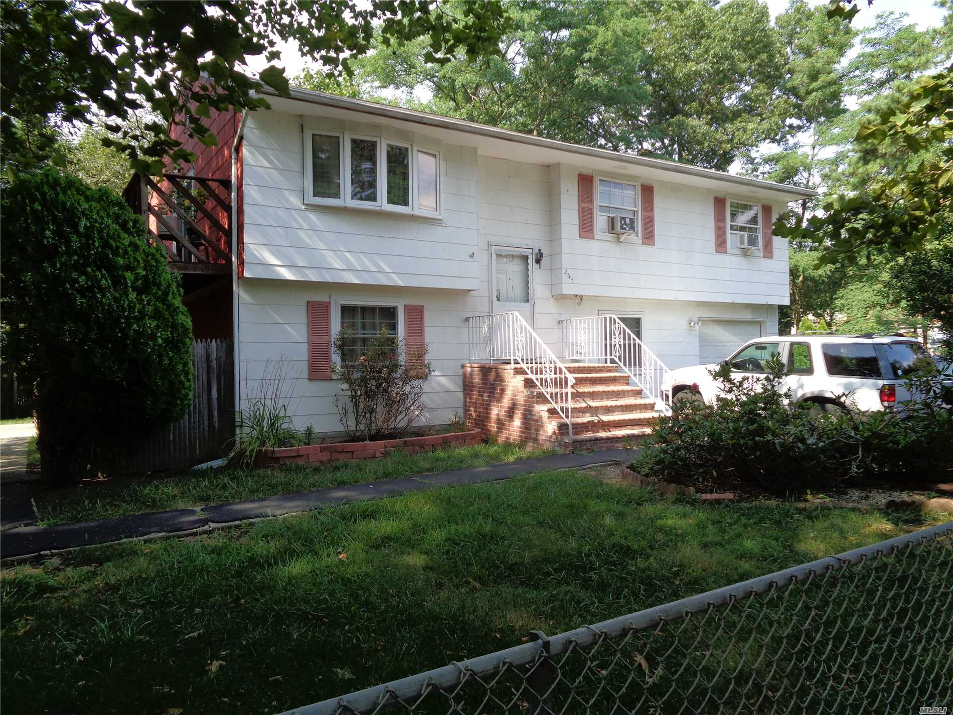 Photo of home for sale at 265 Brentwood St, Bay Shore NY