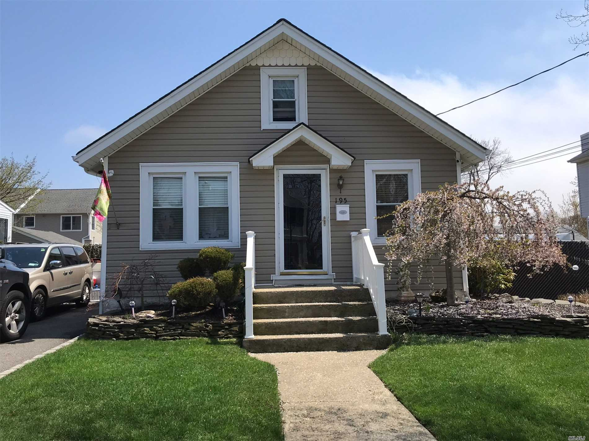 Photo of home for sale at 195 Park Ave, Freeport NY