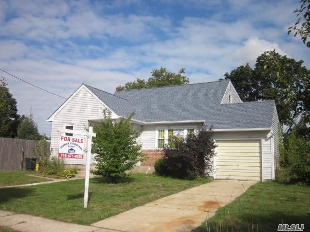 Photo of home for sale at 62 Lois Pl, Massapequa NY