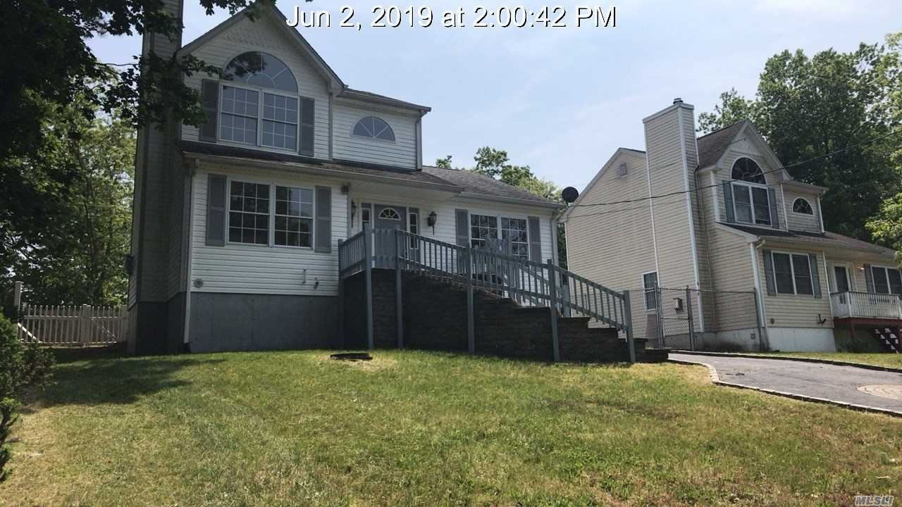 Photo of home for sale at 10 Kent Pl, Mastic NY