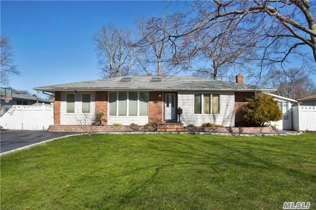 Photo of home for sale at 25 Sandalwood Dr, Smithtown NY