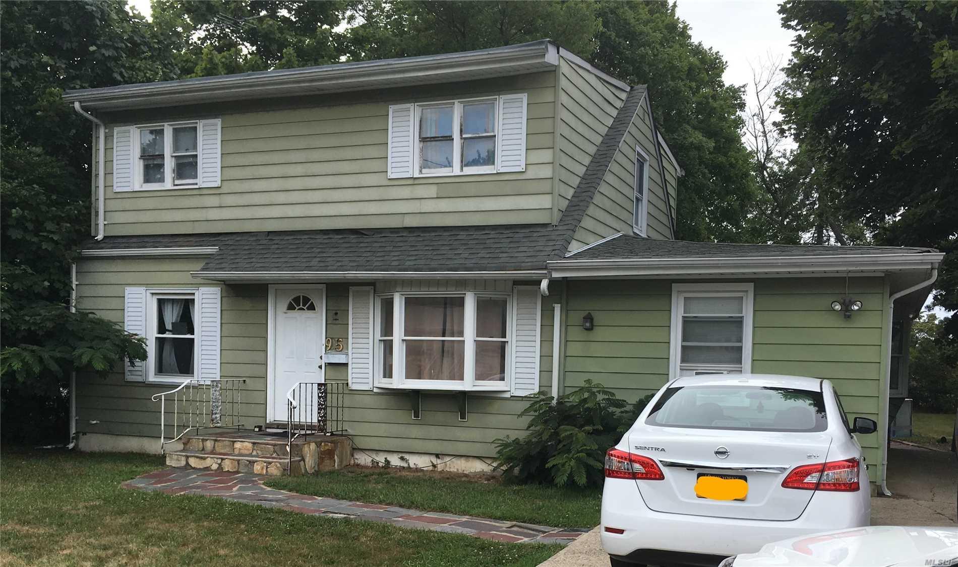 Photo of home for sale at 95 Heathcote Rd, Lindenhurst NY