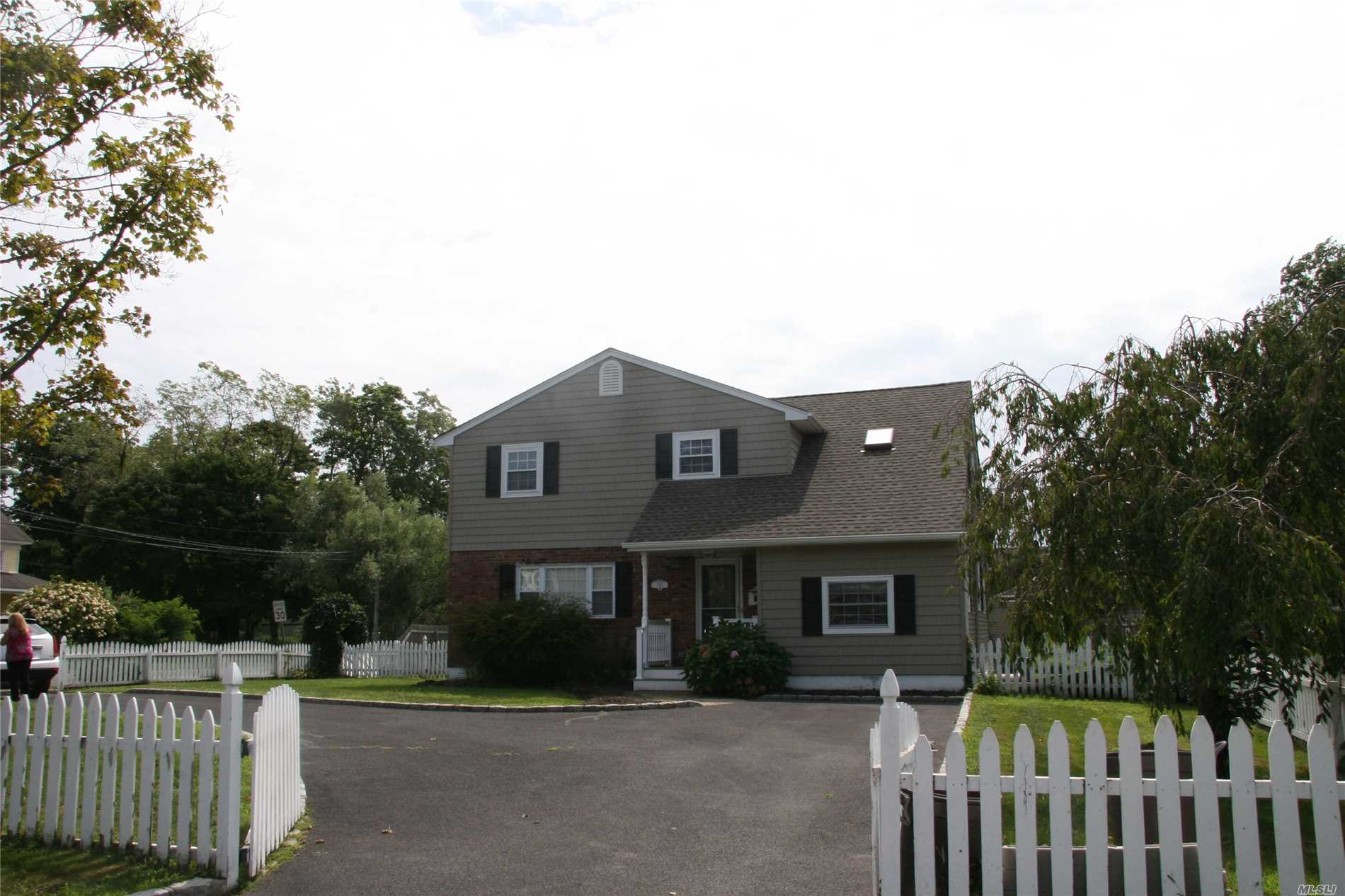 Photo of home for sale at 372 Middle Rd, Bayport NY