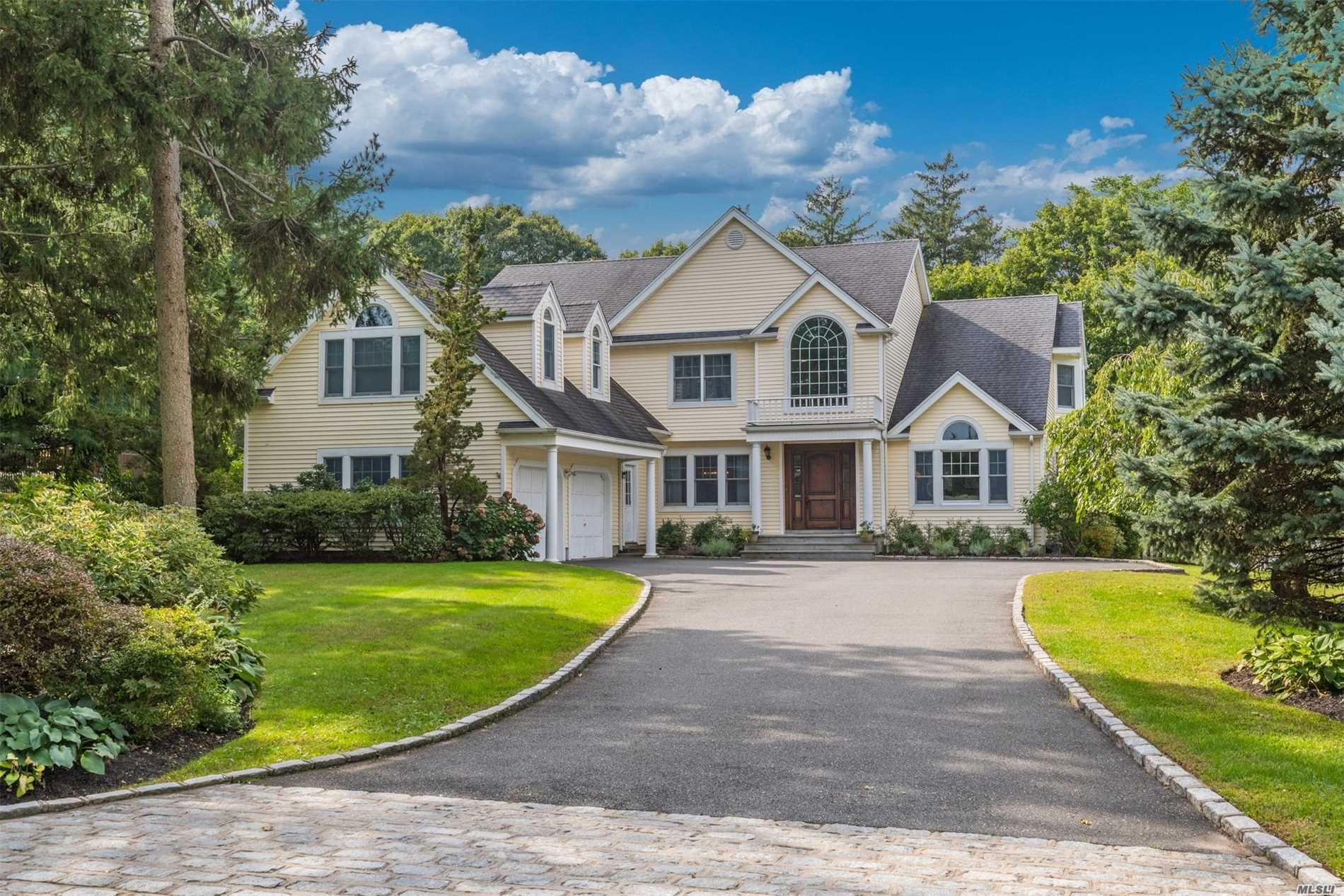 Photo of home for sale at 8 Private Rd, Bayville NY