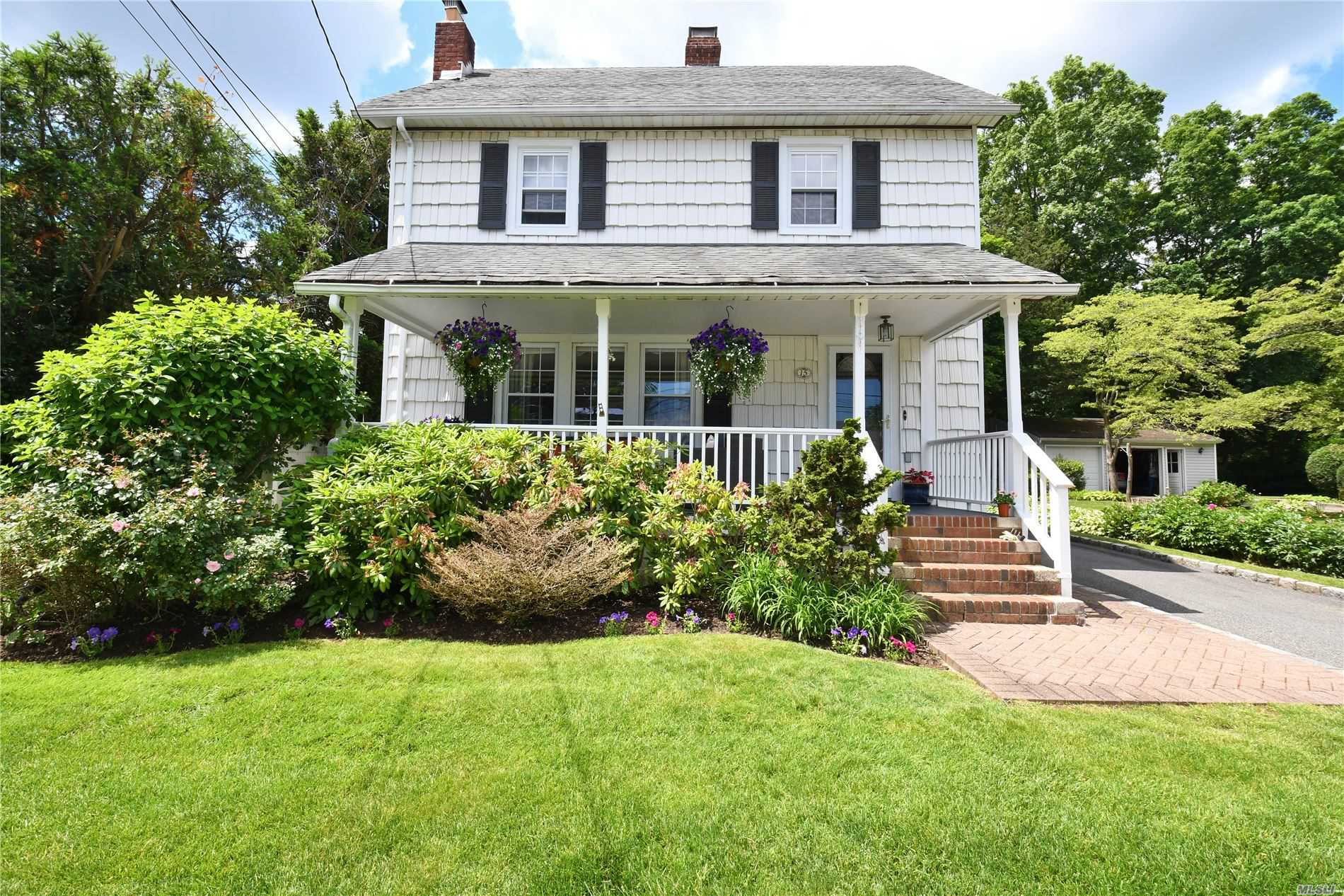 Photo of home for sale at 15 1st St, Syosset NY