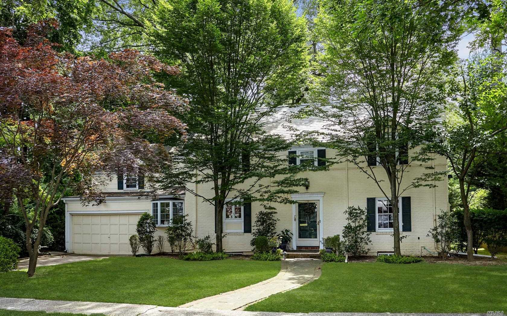 Photo of home for sale at 58 Warwick Rd, Rockville Centre NY