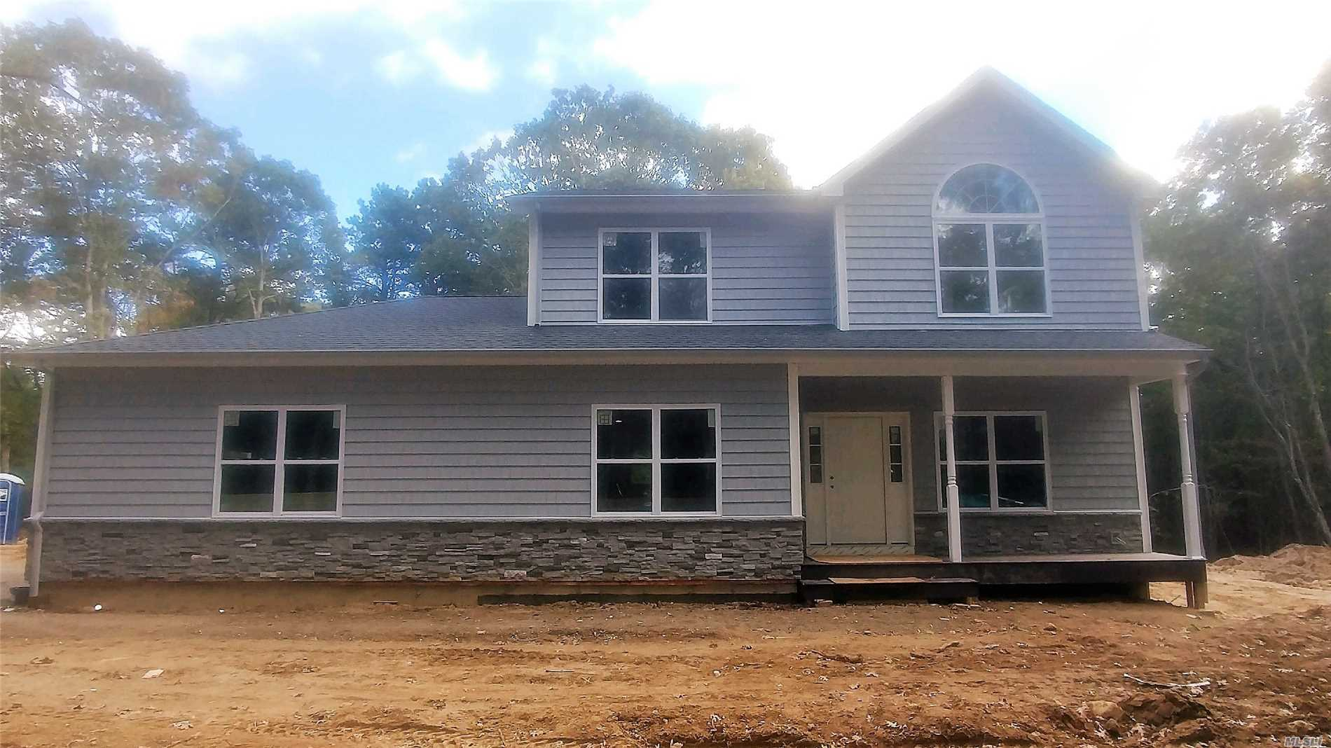 Photo of home for sale at 1124 South Service Rd, Brookhaven NY