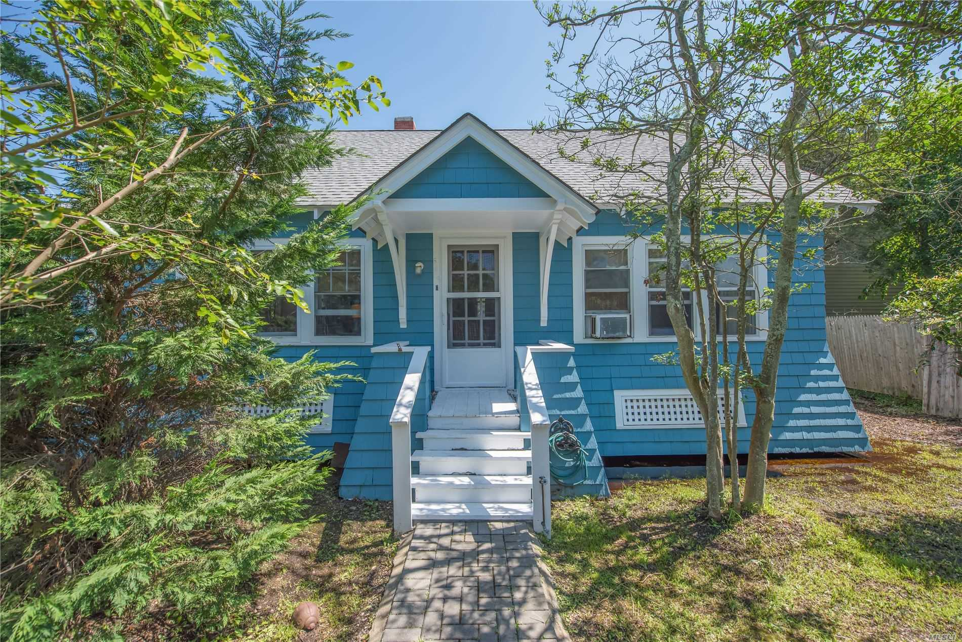 Photo of home for sale at Crescent, Seaview NY