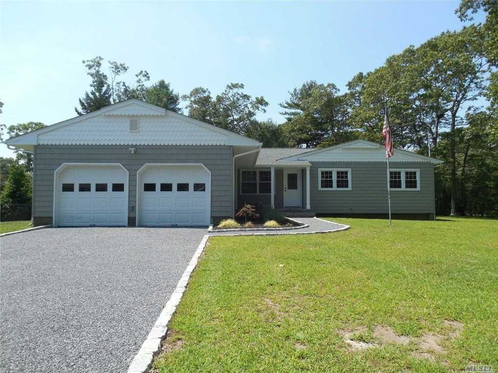 Photo of home for sale at 2 Beechnut Ct, East Quogue NY