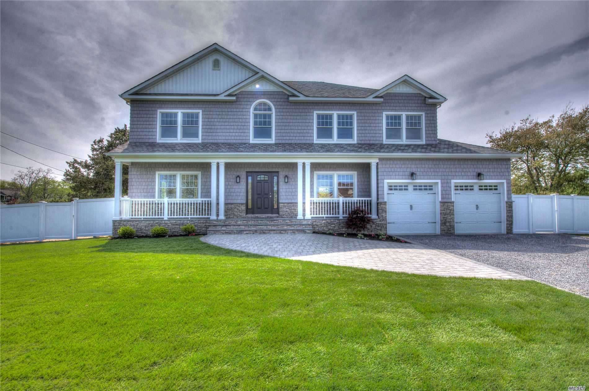 Photo of home for sale at 136 Awixa Ave, Bay Shore NY