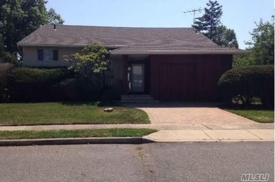 Photo of home for sale at 724 Jeffrey Dr, Baldwin NY