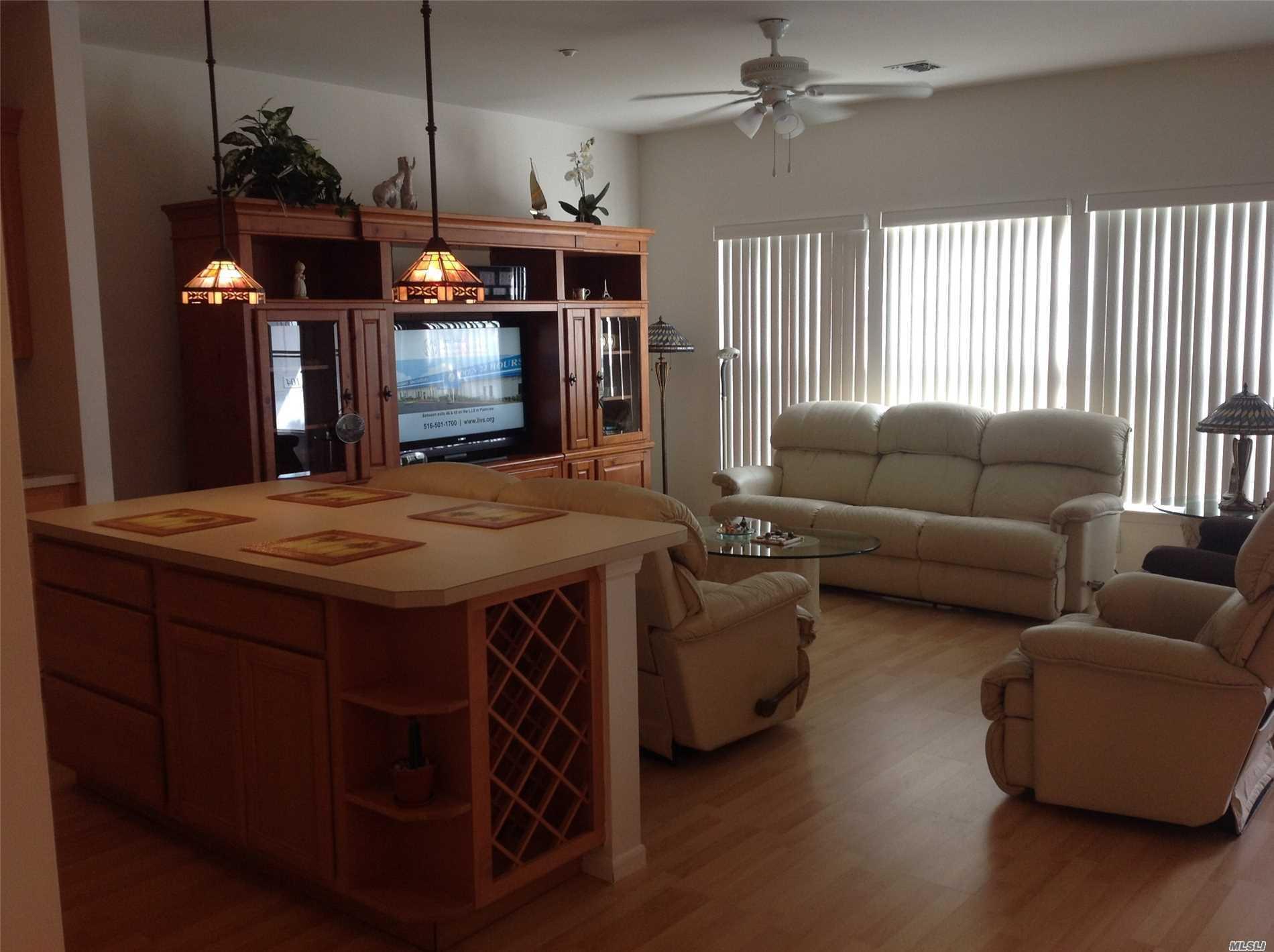 Photo of home for sale at 103 Narragansett, Lindenhurst NY