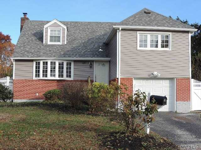 Photo of home for sale at 58 Parkview Cir S, Bethpage NY