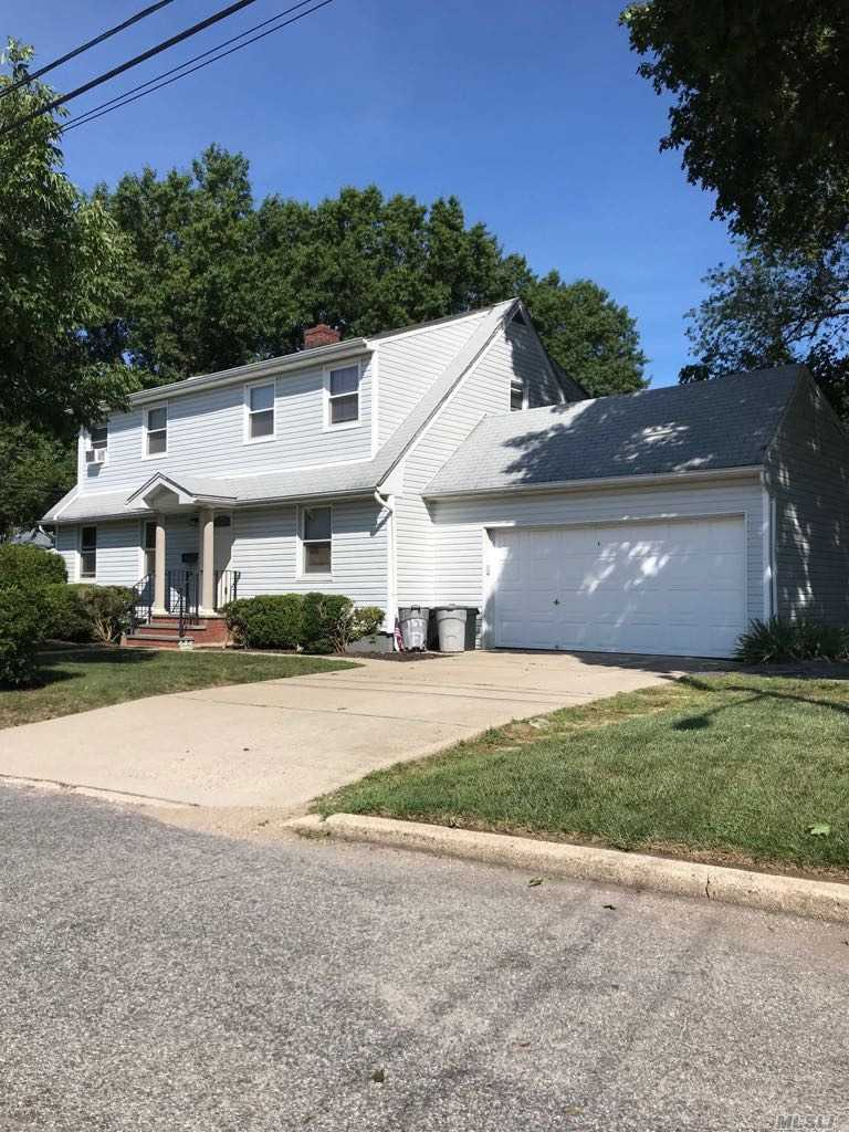 Photo of home for sale at 1541 Bellmore Rd, North Bellmore NY