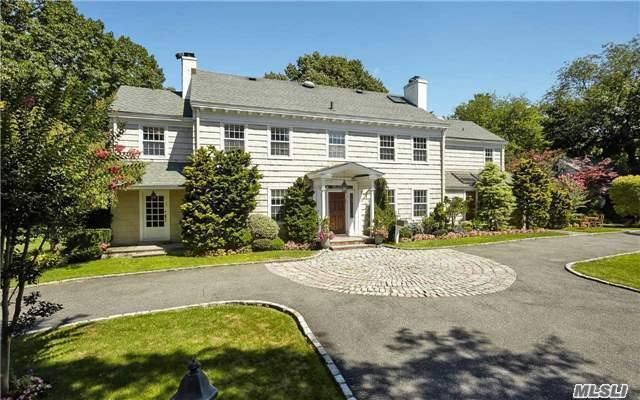 Photo of home for sale at 939 Monroe Ln, Hewlett Neck NY