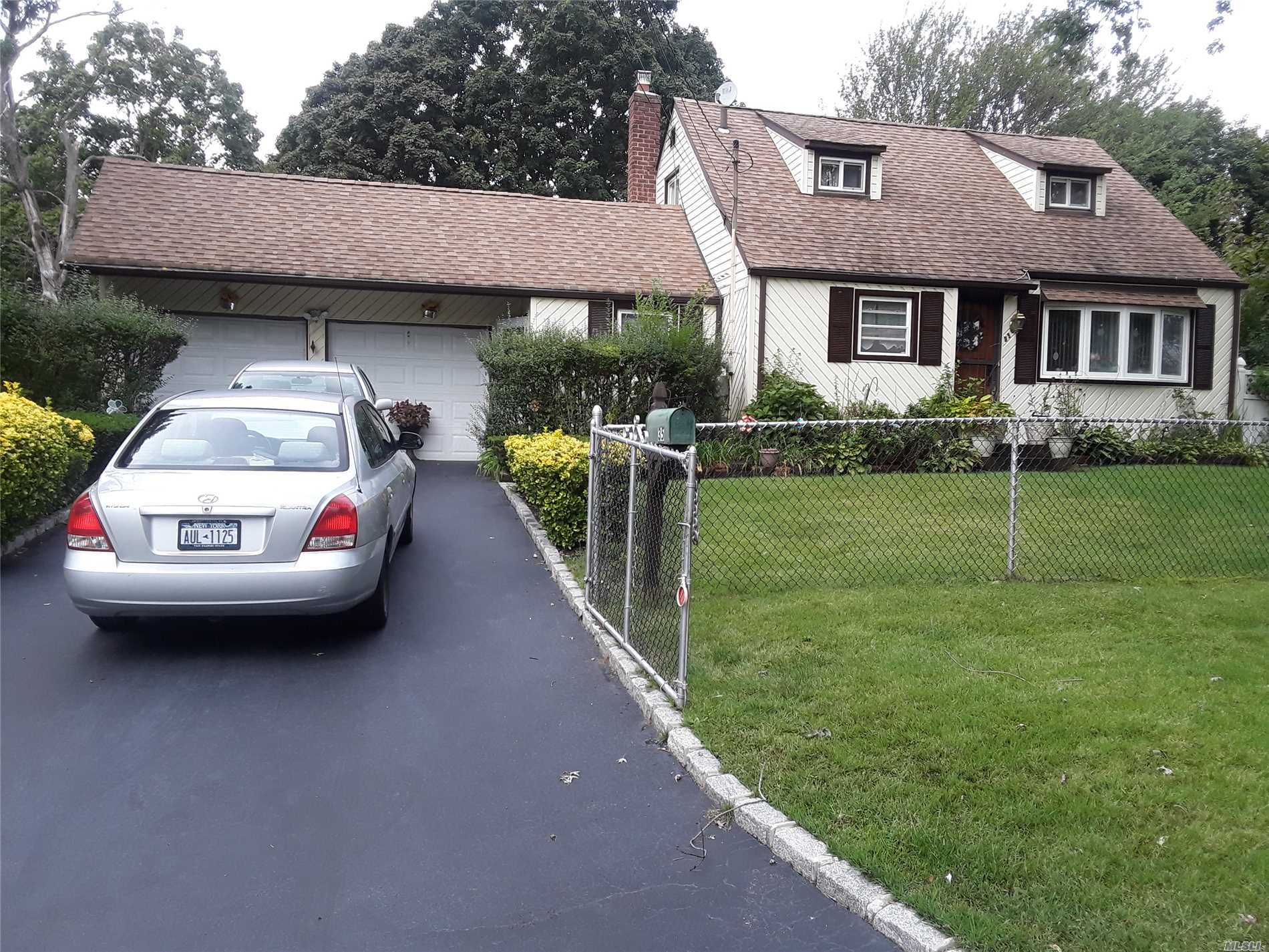 Photo of home for sale at 35 Satinwood St, Central Islip NY
