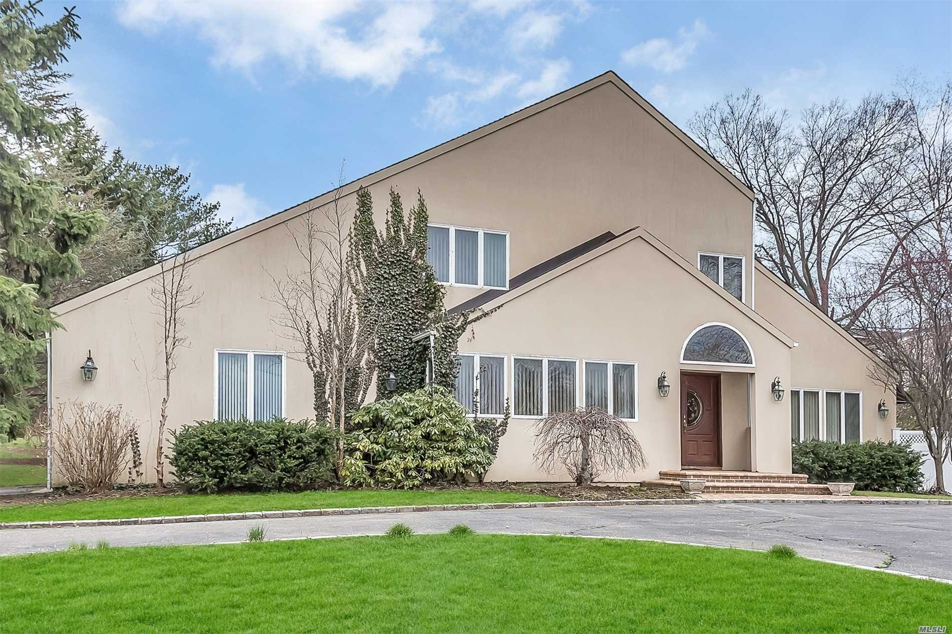Photo of home for sale at 7 Beatrice Ln, Glen Cove NY